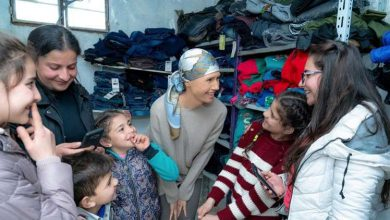 Photo of صور لأسماء الاسد في زيارتها لريف حمص وقرى شعبية