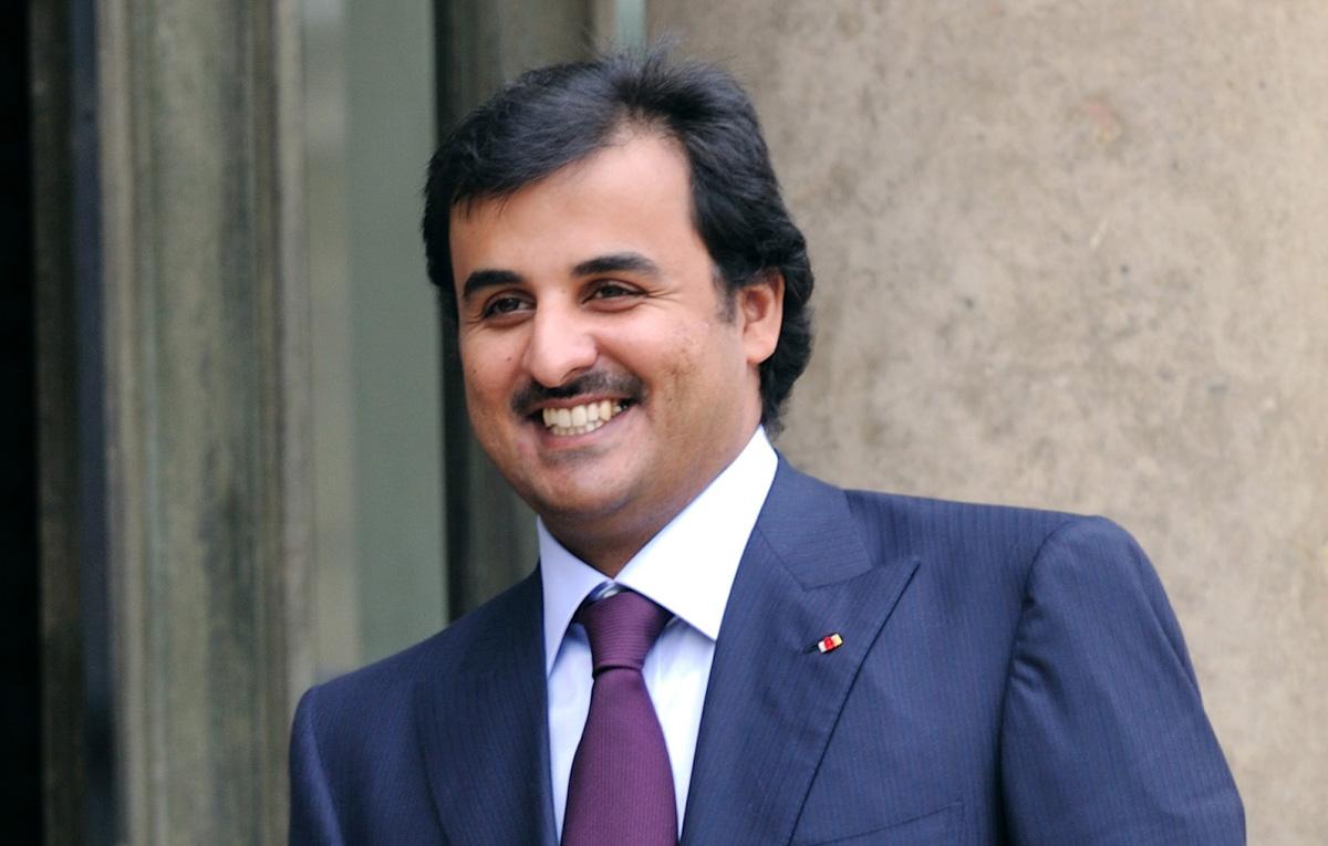 أمير قطر يلعب كرة القدم