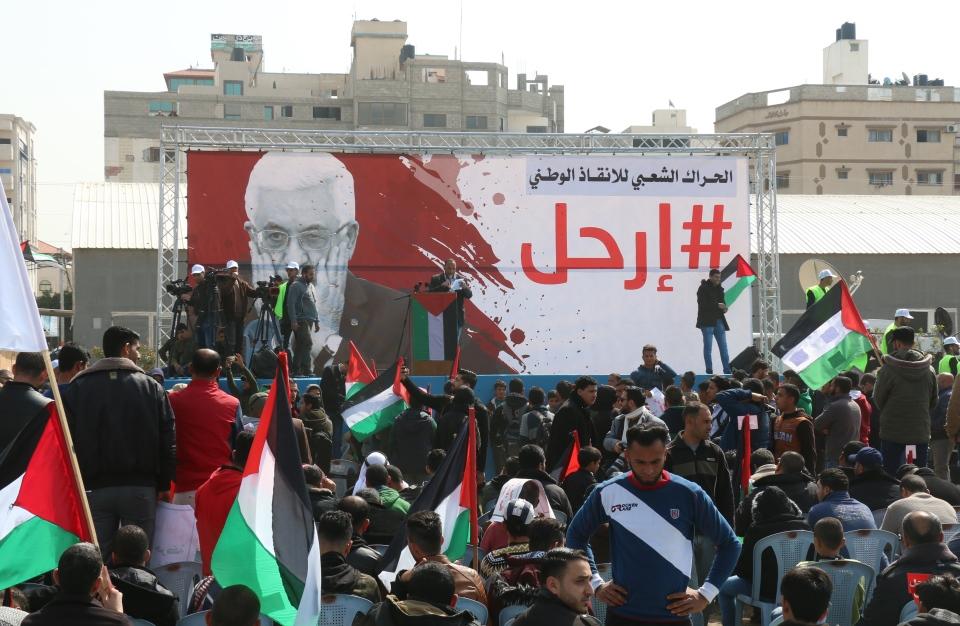 فسطينيون يطالبون برحيل الرئيس عباس