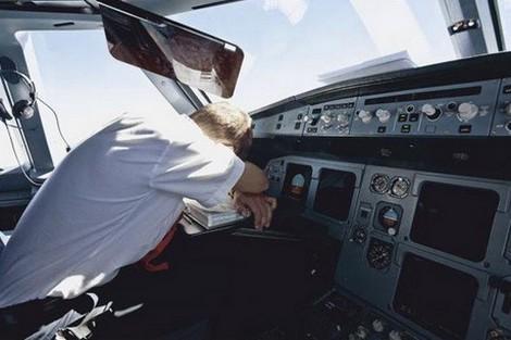 طيار ينام خلال رحلة جوية