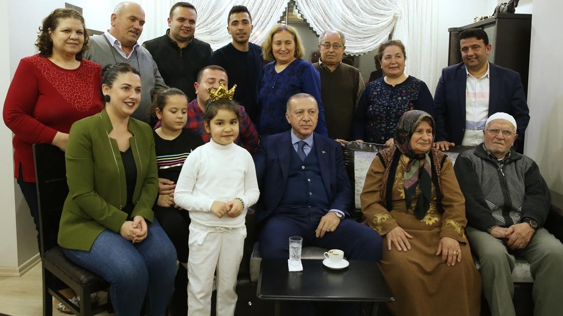 الرئيس التركي رجب طيب اردوغان يزور مسن في هاتاي