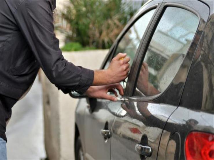 سارق سيارات يطلب من الزوجة النزول ليسرق السيارة