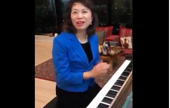 Photo of بعد خسارة منتخب بلادها أمام قطر.. زوجة السفير الياباني تعزف النشيد الوطني القطري (فيديو)