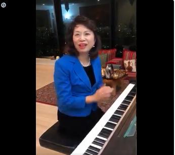 زوجة السفير تعزف نشيد السلام القطري