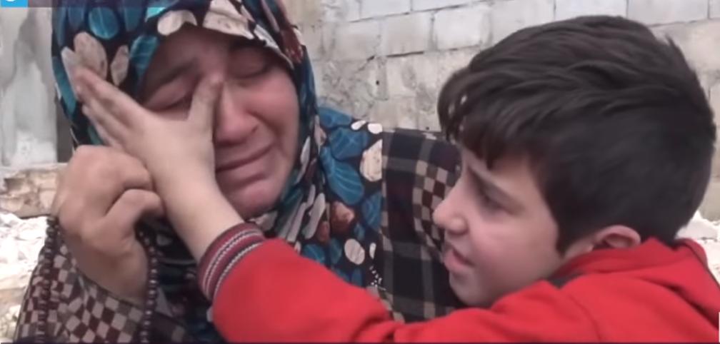 مشهد مؤثر لطفل يمسح دموع والدته المريضة
