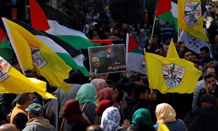 مطالبات بإبقاء محمود عباس