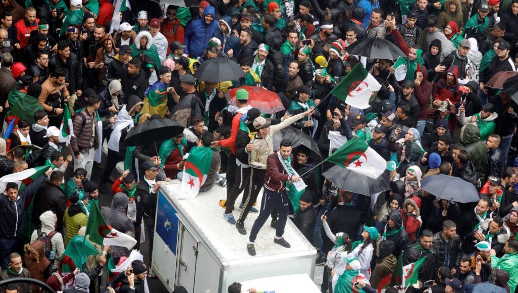 مئات الآلاف من الجزائريين يحتجون على قرارات بوتفليقة