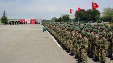 ضابط تركي يخطب في الجنود خلال عرض أسلحة