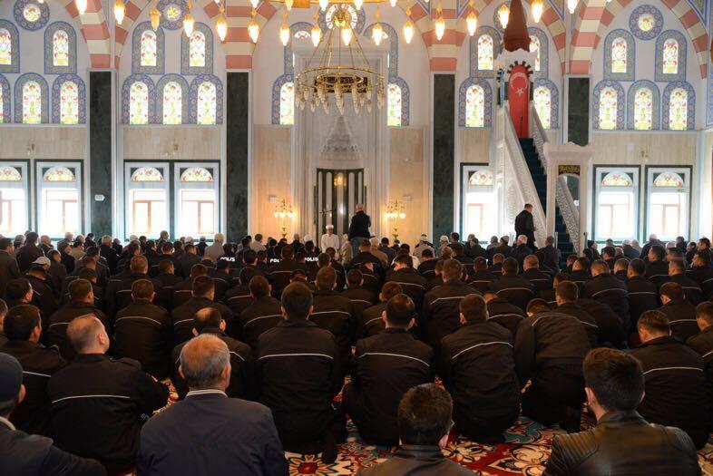 Photo of الشرطة التركية تحتفل في ذكرى تأسيسها بصلاة الفجر في المساجد