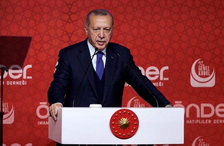 Photo of رجب طيب أردوغان يقرأ رسالة بعثها لولده وهو بالسـجن