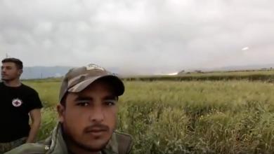 Photo of التاريخ لن ينسى هذه الوجوه.. مقاتلون بجيش الأسد يتباهون بقصف إدلب وقت الآذان: هذه وجبة إفطاركم (فيديو)