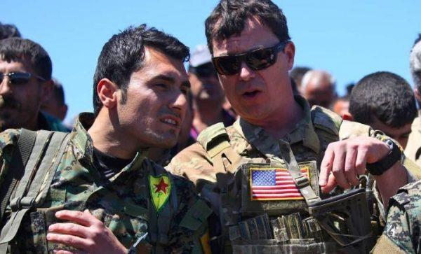 ضابط أمريكي برفقة عنصر من ميليشيات الحماية الكردية في سوريا