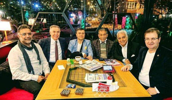 الدكتور والمحلل السياسي التركي الدكتور محمد جانبكلي برفقة مجموعة من أصدقائه الذين تحدث عنهم