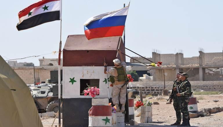 جندي روسي بجوار جندي سوري