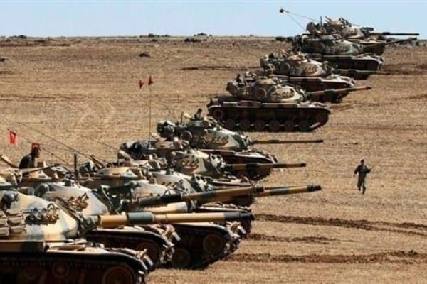 آليات عسكرية تركية بالقرب من مدينة تل أبيض الحدوديةآليات عسكرية تركية بالقرب من مدينة تل أبيض الحدودية