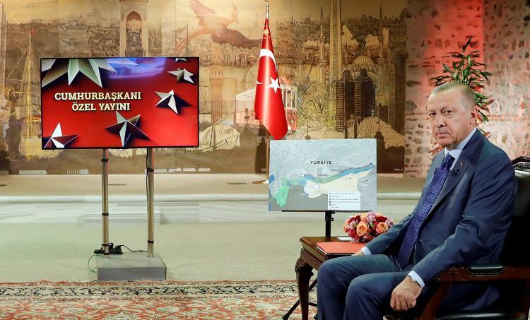 الرئيس أردوغان وبجواره خريطة لسوريا