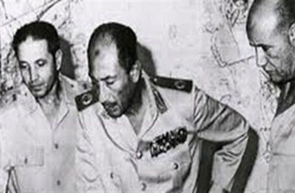 الشاذلي بجوار الرئيس المصري السابق أنور السادات أثناء حرب أكتوبر