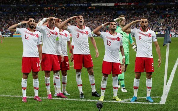 لاعبون أتراك يؤدون التحية العسكرية