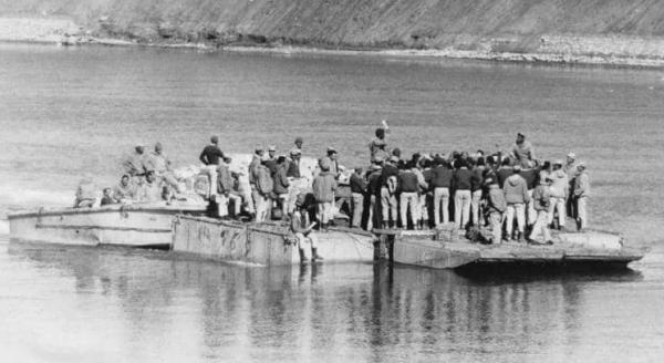 جنود مصريون على متن أحد العبارات في قناة السويس أثناء الحرب