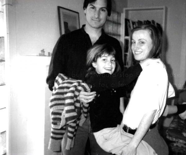 """ستيف جوبز وابنته ليزا وأخته """"منى سيمبسون"""" في العام 1986 (شبكات اجتماعية)"""