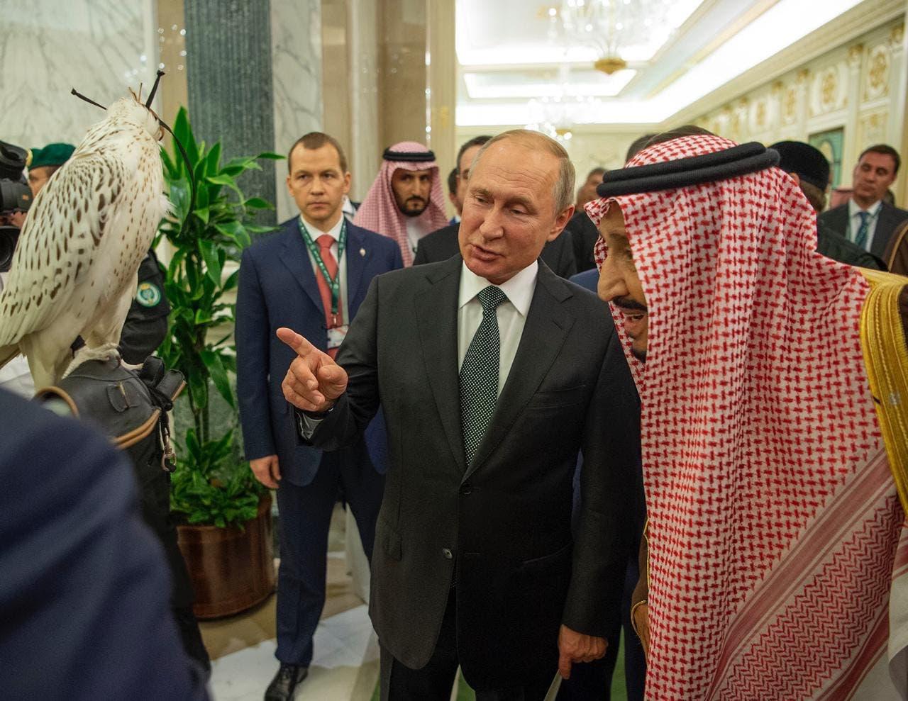بوتين يهدي صقر للملك سلمان