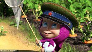 ماشا ترتدي قبعة الحرس الحدودي السوفياتي
