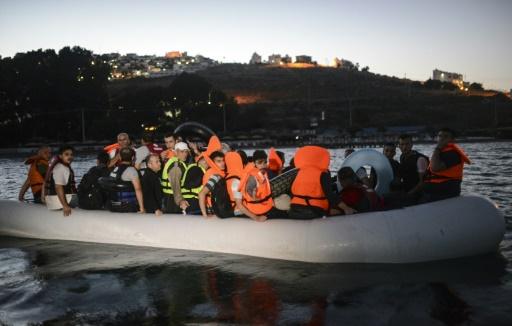 مجموعة من اللاجئين السورين أثناء محاولتهم الوصول إلى الجزر اليونانية عبر بحر إيجة