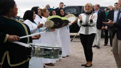 Photo of إيفانكا ترمب ترقص مع مسؤولين مغاربة على أنغام شعبية.. وهذا سبب تقبيل إحدى السيدات ليدها..!!