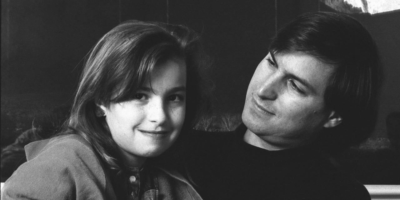 صورة تجمع ستيف جوبز بابنته ليزا في طفولتها