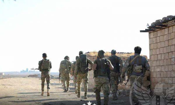 عناصر من الجيش الوطني بالقرب من بلدة تل تمر