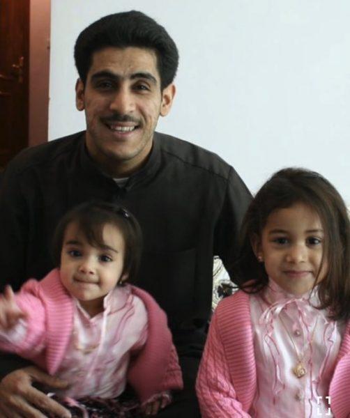 صورة ياسر الحربي مع طفلتيه قبل 15 عام