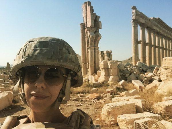 المغنية الروسية (يوتا) أثناء تواجدها في مدينة تدمر الأثرية