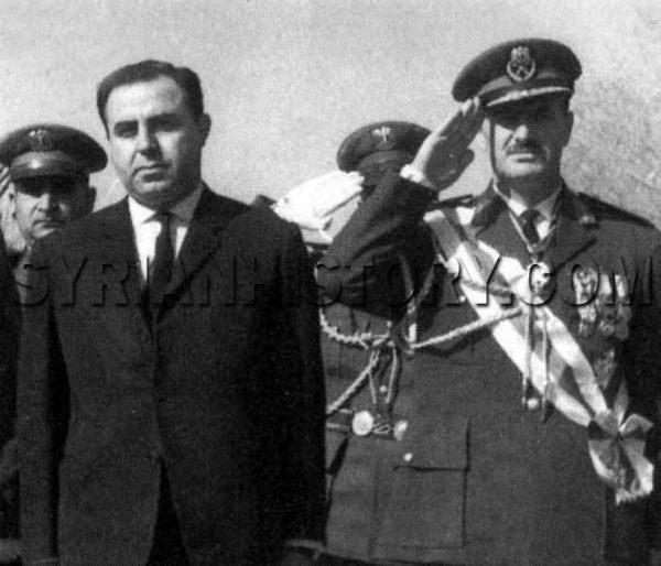 الرئيس نور الدين الأتاسي وبجواره وزير دفاعه حافظ الأسد