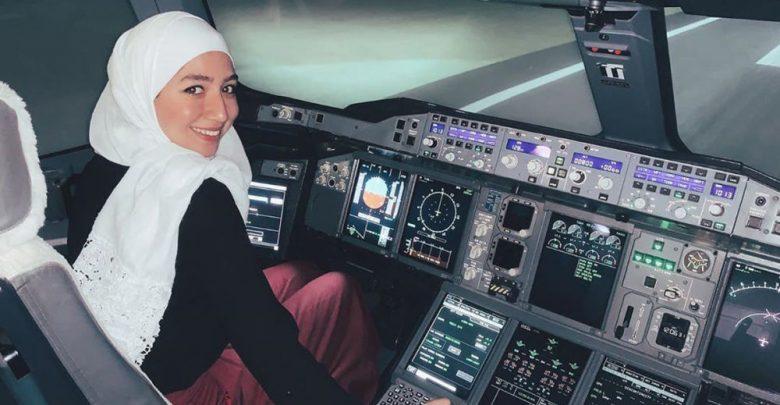 Photo of مايا غزال.. أول شابة سورية تقود الطائرة بمفردها.. الأمم المتحدة تحتفي بها وتنشر صورها (فيديو)