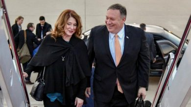 """Photo of مرتدياً مريول الجلي.. هكذا تفاعل """"مغردون عرب"""" مع صورة وزير خارجية أمريكا وهو يغسل الأطباق وزوجته تلعب الورق بالمطبخ"""