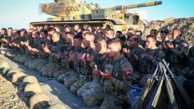 """Photo of سهيل أبو التـ.ـاو يدلي بـ""""شهـ.ـادة"""" عن الجيش التركي في إدلب.. ونشطاء أتراك: """"صبي الروس"""" يحـ.ـفـ.ـر قبـ.ـره (صور)"""