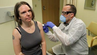 Photo of بالفيديو.. لحظة تنفيذ أول تجربة بشرية للقاح كورونا..من هي المتبرعة وكيف كانت ردة فعلها؟.. وما قصة الصـ.ـراع الأمريكي الألماني على اللقاح؟