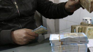Photo of مع الساعات الأولى لسريان قانون قيصر.. انخفاض طفيف لسعر الدولار مقابل الليرة السورية