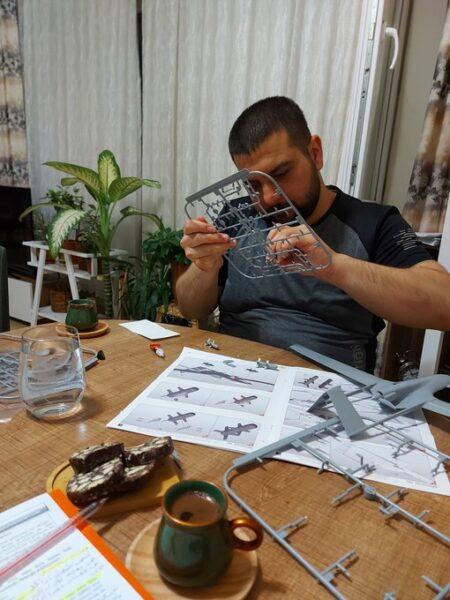الباحث والصحفي السوري عبد الله الموسى أثناء عمله على تطبيق مجسم طائرة بيرقدار