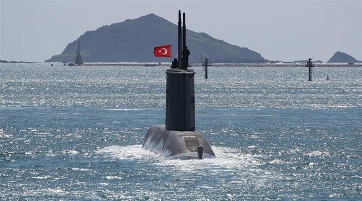 غواصة تركية في البحر