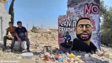 Photo of التضامن على الطريقة السورية: جدارية لجورج فلويد على أحد الجدران المدمـ.ـرة في إدلب