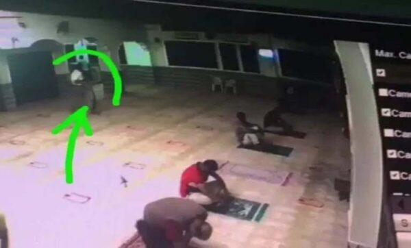 أحد المصلين في مسجد الغردقة بمصر - مواقع التواصل