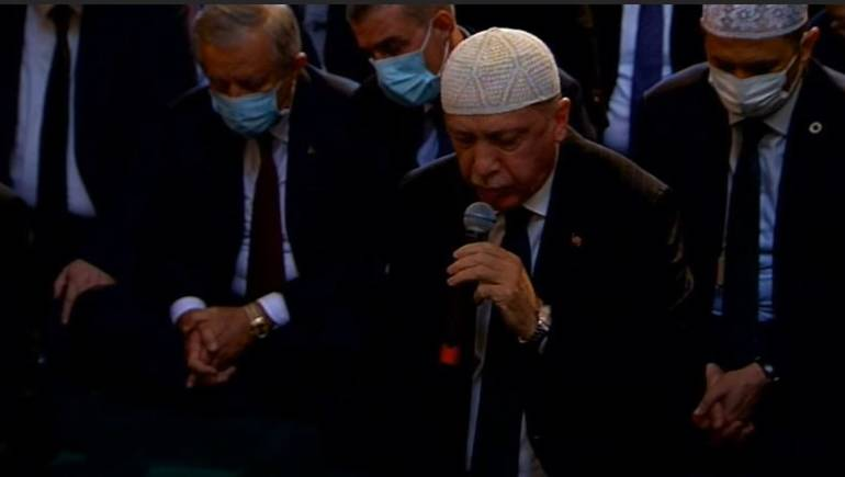 """Photo of الرئيس التركي رجب طيب أردوغان يتلو القرآن في أول صلاة جمعة بـ آيا صوفيا للمرة الأولى منذ 86 عاماً """"فيديو"""""""
