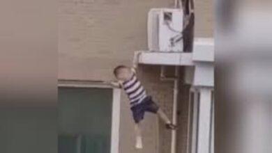 """Photo of في اللحظات الأخيرة.. رجل ينقذ حياة طفل وقع من الطابق الخامس شرق الصين """"فيديو"""""""