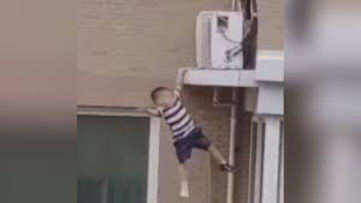 إنقاذ طفل صيني - مواقع التواصل