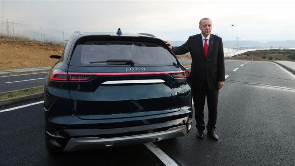 الرئيس التركي رجب طيب أردوغان مع النسخة الأولى من السيارة التركية محلية الصنع