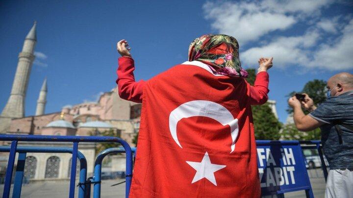تجمع مواطنين أتراك قرب آيا صوفيا بعد قرار تحويله لمسجد - مواقع التواصل