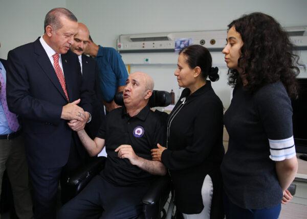 تورغوت أصلان وتكريمه من رئيس الجمهورية التركية - وكالات