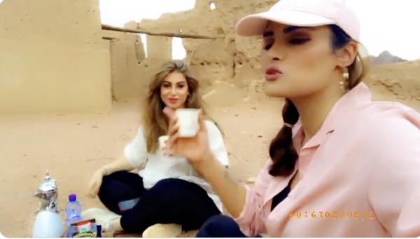 الشابة السعودية مشاعل الجعلود مع صديقتها هيفاء الطويلعي أمام قصر حاتم الطائي في حائل