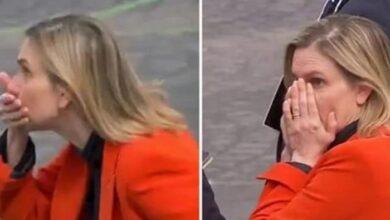 "Photo of وزيرة فرنسية تركض وراء سيارة نسيت فيها الكمامة .. ومغردون يتساءلون: ماذا لو كان مسؤولاً عربياً؟ ""فيديو"""